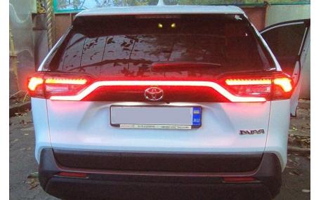 Диодная вставка между фонарями Toyota RAV4